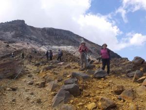 07Mさんの後ろに茶臼岳の噴煙があがっていた