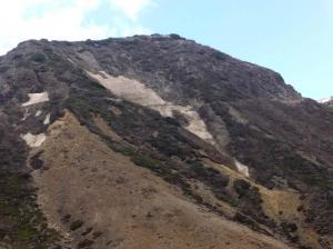 09剣が峰の急斜面の雪渓2箇所(左と中央)