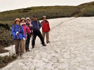 7平標山ノ家に下る途中の残雪の上で
